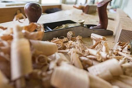 Die Ausbildungen in traditionellen Berufen - etwa im Schreinerhandwerk - werden regelmäßig aktualisiert. Die Namen aber bleiben. Foto: Daniel Maurer/dpa-tmn