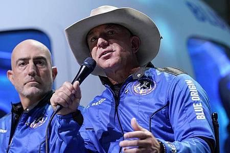 Jeff Bezos? (r) Raumfahrtfirma Blue Origin plant eine eigene Raumstation. Foto: Tony Gutierrez/AP/dpa