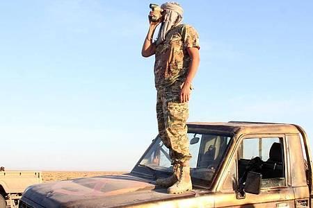 Ein Kämpfer der von den Vereinten Nationen unterstützten libyschen Regierung des Nationalen Abkommens(GNA) steht in der Nähe des Luftwaffenstützpunktes Watya. Foto: Hamza Turkia/XinHua/dpa