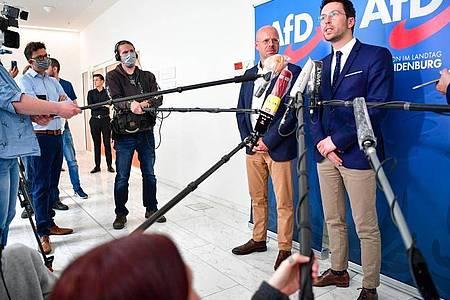 Andreas Kalbitz (l), Vorsitzender der AfD-Fraktion im Landtag von Brandenburg, und Dennis Hohloch, Parlamentarischer Geschäftsführer, geben eine Pressekonferenz. Foto: Soeren Stache/dpa-Zentralbild/dpa