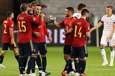 Quasi mit dem Schlusspfiff sorgte Jose Luis Gaya (2.v.r.) doch noch für das spanische Remis. Foto: Christian Charisius/dpa