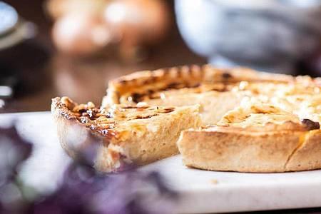 Zwiebelkuchen passt gut zum Herbst - und lässt sich auf ganz verschiedene Weise kredenzen. Foto: Franziska Gabbert/dpa-tmn