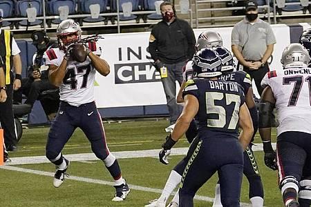 Der Stuttgarter Football-Profi Jakob Johnson (l) erzielte einen Touchdown für die New England Patriots. Foto: Elaine Thompson/AP/dpa