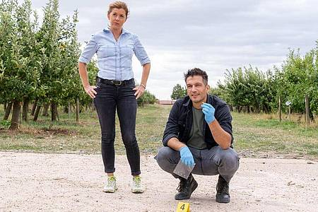 Hauptkommissarin Kerstin Klar (Fiona Coors) und Oberkommissar Max Fischer (Max Hemmersdorfer) ermitteln in einem Mordfall. Foto: Andrea Enderlein/ZDF/dpa