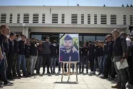 Polizeibeamte beim Gedenken an den Kollegen, der an einem Drogenumschlagplatz getötet wurde. Foto: Daniel Cole/AP/dpa