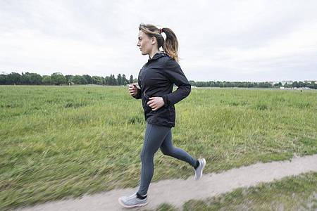 Zum Themendienst-Bericht vom 19. Mai 2021: Gut trainierte Rumpfmuskeln beugen Rückenschmerzen bei und nach dem Joggen vor. Foto: Robert Günther/dpa-tmn