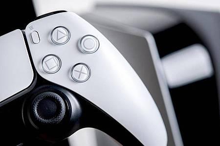 Eingebaute Lautsprecher machen`s möglich: Mit dem Dualsense-Controller der Playstation 5 wird der Raum für den 3D-Klang vermessen. Foto: Zacharie Scheurer/dpa-tmn