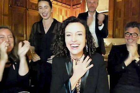 Die deutsche Regisseurin Maria Schrader (M) freut sich über den Emmy für «Unorthodox». Foto: Uncredited/The TV Academy and ABC Entertainment/AP/dpa