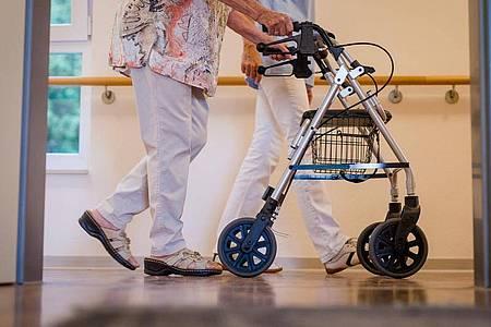 Angesichts der vielen Corona-Schutzimpfungen in Alten- und Pflegeheimen planen die Sozialminister schrittweise Lockerungen der Besuchs- und Schutzregelungen. Foto: Christoph Schmidt/dpa