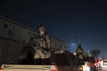 Bewaffnete Soldaten stehen im November 2019 Wache während eines Überraschungsbesuchs des damaligen US-Präsidenten Donald Trump. Foto: Alex Brandon/AP/dpa