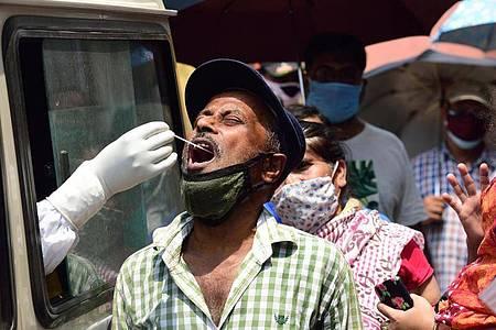 Mehr als 386.000 Corona-Neuinfektionen wurden binnen eines Tages in Indien registriert - so viele wie noch nie. Foto: Sumit Sanyal/SOPA Images via ZUMA Wire/dpa