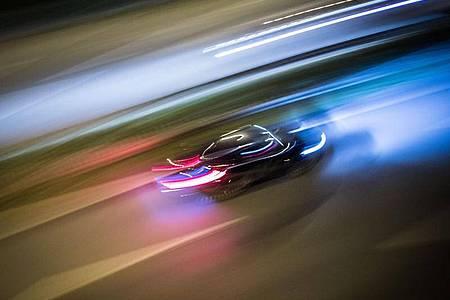 Zu Lichtspuren verwischt sind die Fahrzeuge auf der Autobahn A661. Bei einer Polizeikontrolle gibt ein Autofahrer Gas und rast davon - die Beamten müssen nachsetzen. Foto: Frank Rumpenhorst/dpa