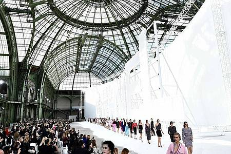 Modenschau von Chanel in Paris. Foto: Stephane De Sakutin/AFP/dpa