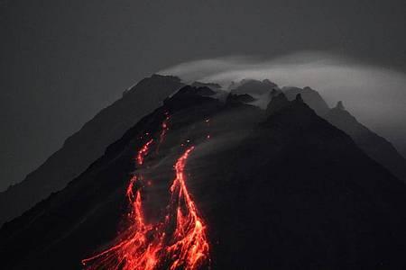 Der Vulkan Merapi auf der Insel Java stößt glühende Lava von seinem Gipfel in Richtung der Flüsse Upper Boyong und Krasak aus. Foto: Slamet Riyadi/ZUMA Wire/dpa