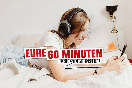 Frau am Handy mit Kopfhörern