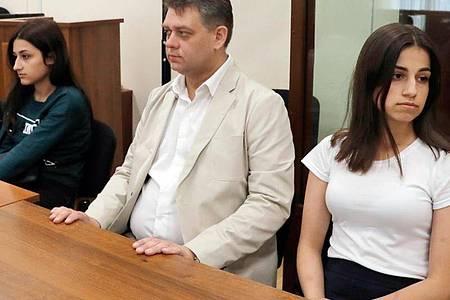 Die Schwestern Maria (l) und Angelina (r). Für den Prozess gegen die Geschwister soll zunächst ein Geschworenengericht bestimmt werden. Foto: Sergei Karpukhin/TASS/dpa