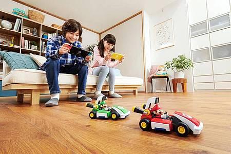 Rudel im Rennfieber: «Mario Kart Live: Home Circuit» soll sich auch mit bis zu vier Karts spielen lassen. Foto: Nintendo/dpa-tmn