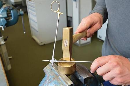 Chirurgiemechaniker kümmern sich um die Produktion und Reparatur von chirurgischen Werkzeugen, etwa von sogenannten Nadelhaltern. Foto: B. Braun Melsungen AG/dpa-tmn