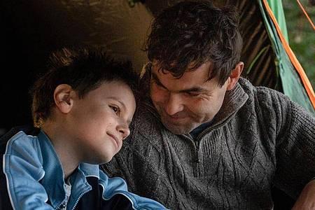 Nur selten gibt es glückliche Zeiten für den Vater (Andreas Döhler, r) und seinen Sohn (Mika Tritto). Foto: Stephanie Kulbach/ZDF/dpa
