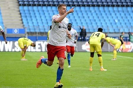 Torjäger Simon Terodde steht mit dem HSV weiter auf Platz eins der 2. Liga. Foto: Daniel Bockwoldt/dpa