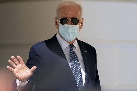 Joe Biden , Präsident der USA, winkt, als er auf dem Südrasen des Weißen Hauses in Washington zur Marine One geht. Foto: Andrew Harnik/AP/dpa