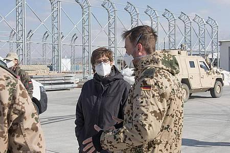 Verteidigungsministerin Annegret Kramp-Karrenbauer sieht die in Afghanistan stationierten Soldaten in größerer Gefahr. Foto: Sabine Oelbeck/Bundeswehr/dpa