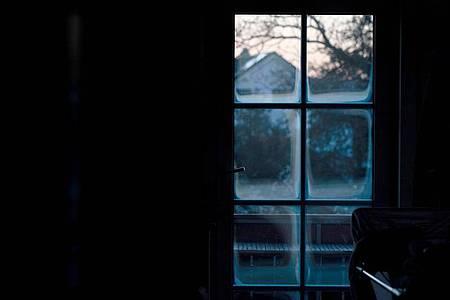 Bei depressiven Gedanken und anderen psychischen Beschwerden sollten sich Betroffene Hilfe holen - das geht zurzeit auch oft per Telefon oder Videochat. Foto: Nicolas Armer/dpa/dpa-tmn