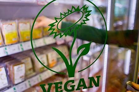 Vegane Ernährung - also der komplette Verzicht auf Nahrungsmittel tierischen Ursprungs - könnte einer kleinen Studie zufolge negative Folgen für die Knochengesundheit haben. Foto: Daniel Karmann/dpa