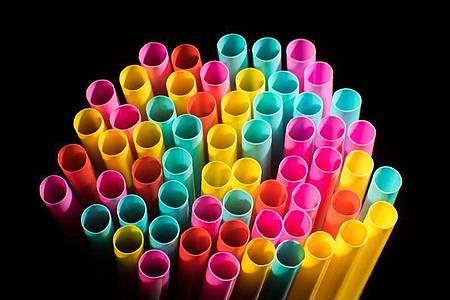Wegwerfprodukte, wie Trinkhalme aus Plastik, sollen ab Mitte 2021 nicht mehr verkauft werden dürfen. Foto: Julian Stratenschulte/dpa