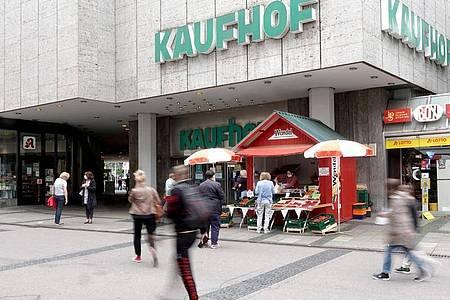 Passanten laufen an einer Filiale des Kaufhauses Kaufhof in Stuttgart Bad-Cannstatt vorbei. Foto: Felix Schröder/dpa