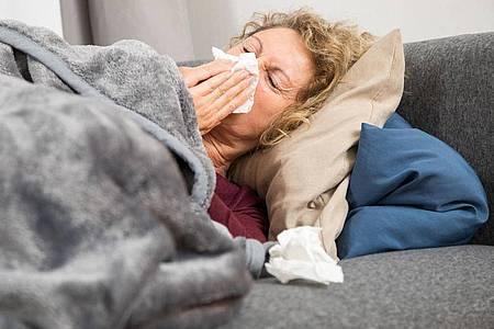 Aus der Nase fließt Sekret, der Kopf tut weh: Das sind typische Beschwerden bei einer Nasennebenhöhlenentzündung. Foto: Christin Klose/dpa-tmn