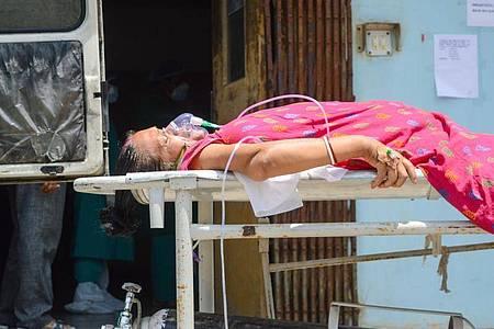 Eine Covid-19-Patientin wird im indischen Kolkata zur Intensivstation eines Krankenhauses gebracht. Foto: Debarchan Chatterjee/ZUMA Wire/dpa