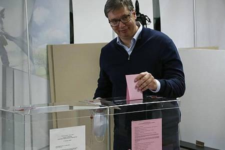 Aleksandar Vucic gibt in einem Wahllokal in Belgrad seine Stimme ab.wonnen. Foto: Darko Vojinovic/AP/dpa