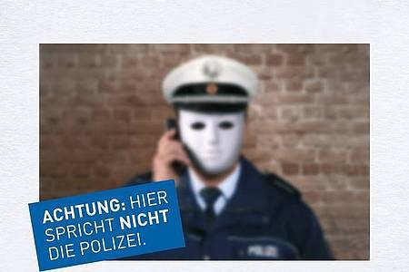 Foto falscher Polizist mit weißer vollständiger Gesichtsmaske, der telefoniert