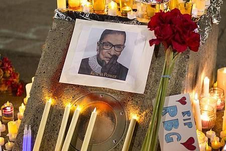 Kerzen, Blumen und Notizen umgeben ein Foto der verstorbene Richterin Ruth Bader Ginsburg. Foto: Katharine Kimball/ZUMA Wire/dpa