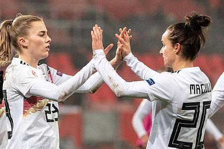 Insgesamt erzielte Laura Freigang (l) drei Tore. Foto: Matthias Balk/dpa