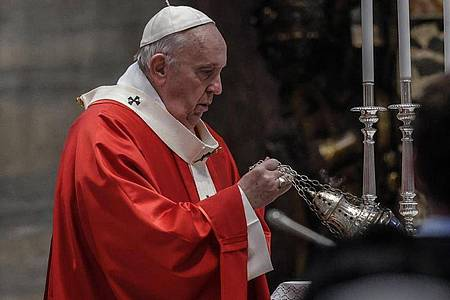 Papst Franziskus schwenkt ein Weihrauchgefäß im Petersdom. Foto: Giuseppe Lami/Pool ANSA/AP/dpa