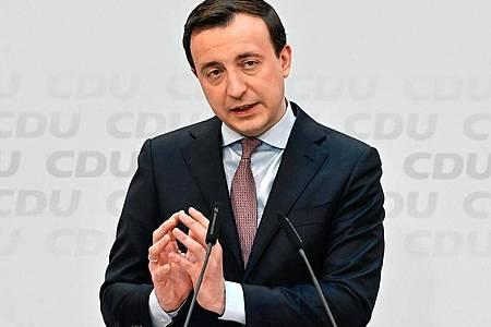 Paul Ziemiak, CDU-Generalsekretär, will so schnell wie möglich zur Schuldenbremse zurückkehren. Foto: Tobias Schwarz/AFP Pool/dpa