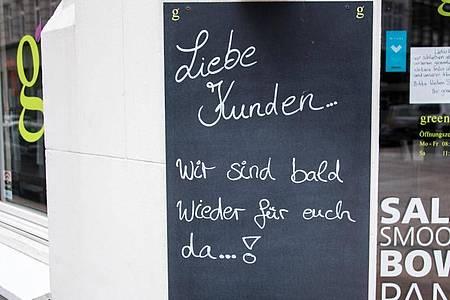 «Liebe Kunden... Wir sind bald wieder für euch da...!» steht an einem Restaurant in der Hamburger Innenstadt. Ab Mittwoch ist es soweit. Foto: Daniel Bockwoldt/dpa