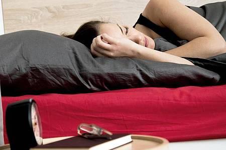 Schlafen erlaubt - und im Homeoffice einfach umzusetzen: Nach einem Powernap arbeitet es sich wieder konzentrierter. Foto: Christin Klose/dpa-tmn