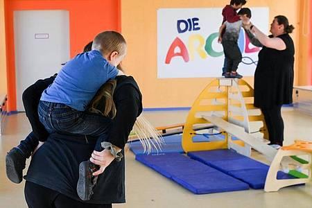 Kinder werden während der Freizeitbetreuung in der Arche in Hellersdorf betreut. Foto: Jens Kalaene/dpa-Zentralbild/dpa