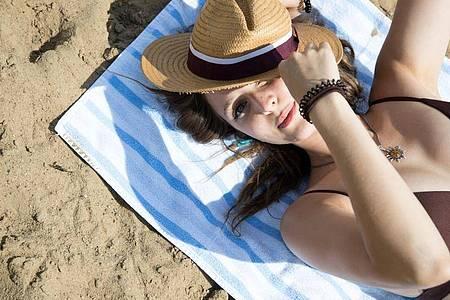 Milde Temperaturen und eine leichte Brise lassen uns gerade am Strand oft die Kraft der Sonne unterschätzen. Foto: Christin Klose/dpa-tmn