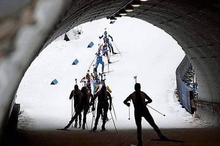 Die Biathlon-Damen laufen bei der Staffel in Nove Mesto durch einen Tunnel. Foto: Petr David Josek/AP/dpa