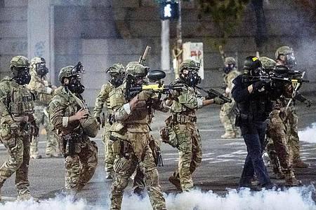 US-amerikanische Bundesbeamte setzen Tränengas und Geschosse gegen Demonstranten der «Black Lives Matter»-Bewegung in Portland ein. Foto: Noah Berger/AP/dpa
