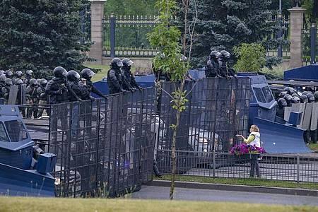 Eine Frau steht vor einer Barrikade von Bereitschaftspolizisten. Trotz der erneuten Massenproteste in der belarussischen Hauptstadt Minsk setzt Machthaber Alexander Lukaschenko weiter auf Härte und zeigt keinerlei Kompromissbereitschaft. Foto: Sergei Grits/AP/dpa