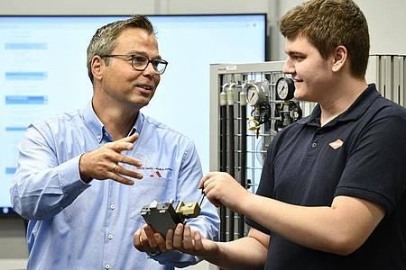 Thorsten Herkert, Technischer Ausbildungsleiter bei Knipex, erläutert dem angehenden Industriemechaniker Luca Tremper ein Werkstück. Foto: Kirsten Neumann/dpa-tmn