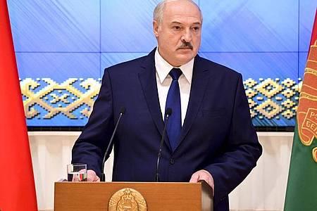 Alexander Lukaschenko, Präsident von Belarus, spricht bei einem Treffen mit politischen Aktivisten aus Belarus. Foto: Andrei Stasevich/BelTA/AP/dpa