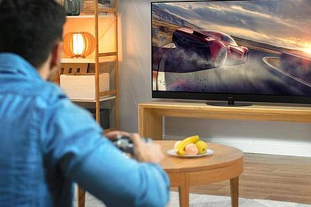 Panasonic setzt bei den neuen OLED-Modellen etwa auf einem Anzeigemodus mit dem vielsagenden Namen Game Mode Extreme. Er soll besonders schnellen Bildaufbau bieten, damit Spieler schneller reagieren können. Foto: Panasonic/dpa-tmn
