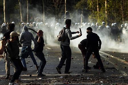 Polizisten stoßen im Brüsseler Park Bois de La Cambre mit Parkbesuchern zusammen. Foto: Fran Seco/AP/dpa