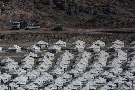 Nach dem Großbrand im Flüchtlingslager Moria auf Lesbos bleibt die Lage angespannt. Foto: Petros Giannakouris/AP/dpa